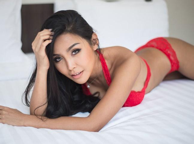 Lana kendrick lara croft topless